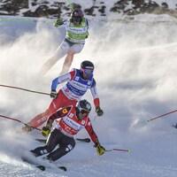 Quatre skieurs sont sur le parcours de ski cross