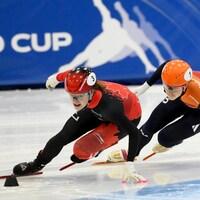 Deux patineuses de vitesse dans un virage