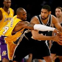 Kobe Bryant (à gauche) tente d'enlever le ballon à Tim Duncan.