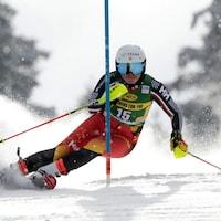 Une skieuse en pleine action