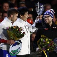Viktor Mushatov, Tatsuya Shinhama et Laurent Dubreuil sur le podium du classement général du 500 m.
