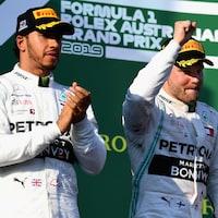 Lewis Hamilton (gauche) et Valtteri Bottas (droite)