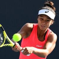 Leylah Annie Fernandez frappe la balle du revers à Melbourne.