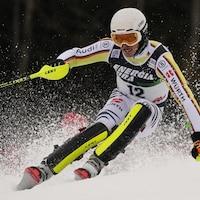 Le skieur allemand dévale la piste