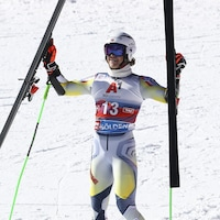 Il célèbre sa victoire en levant ses skis