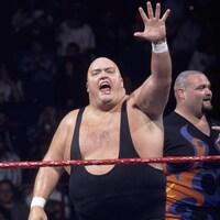 Il salue la foule lors de son dernier passage avec la WWF.