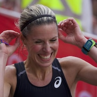 Elle sourit à la fin d'une course.