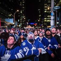 Des centaines de partisans des Maple Leafs regardent leur équipe préférée à l'œuvre sur un écran géant avant le début de la pandémie.