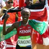 Elle porte un drapeau de son pays sur les épaules.