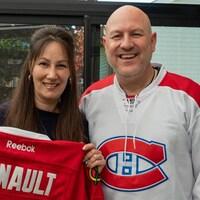 Une femme et un homme avec des gilets de hockey. Ils sourient.