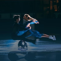 Les danseurs sur glace Marjorie Lajoie et Zachary Lagha se regardent en effectuant une figure.