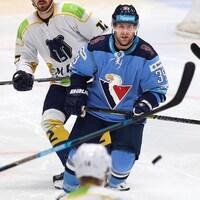 Un joueur de hockey a les yeux rivés sur la rondelle lors d'un match.