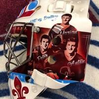 Le masque rend hommage aux Nordiques de Québec en affichant Peter Forsberg, les frères Stastny et Joe Sakic.