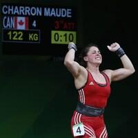 Maude Charron lève les poings dans les airs en signe de satisfaction.