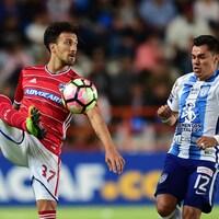 Maximiliano Urruti contrôle le ballon, surveillé par Emmanuel Garcia du club mexicain Pachuca, dans un match de demi-finale de la Ligue des champions de la CONCACAF.