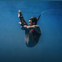 Meaghan Benfeito effectue un plongeon.