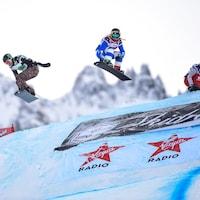 Trois surfeuses pendant une épreuve de snowboard cross