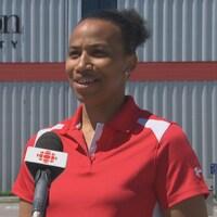 Nadia Doucouré en entrevue devant l'Université Carleton.