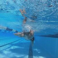 Un nageur en action