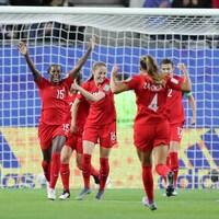 Elles célèbrent une victoire.