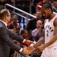 Nick Nurse tape dans la main de Kawhi Leonard.