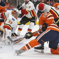 Alex Chiasson des Oilers inscrit un but face au gardien David Rittich des Flames.