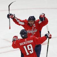 Ovechkin célèbre en sautant dans les bras de son coéquipier Nicklas Backstrom.