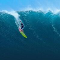 Paige Alms surfe sur une vague à Hawaï.