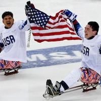 Les Américains Ralph DeQuebec et Jack Wallace célèbrent leur conquête de l'or en parahockey sur glace lors des Jeux paralympiques de Pyeongchang.