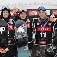 Maxence Parrot (à gauche) et Mark McMorris (au centre) sur le podium de la Coupe du monde de Pyeongchang, le 26 novembre 2016