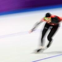 Une patineuse dans un virage
