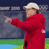 L'entraîneur Michael Crowe donne des instructions à un athlète.