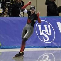 Elle lève les bras après sa victoire au 3000 m.