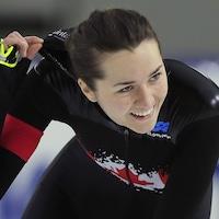 La patineuse canadienne Isabelle Weidemann sourit après avoir conclu sa course au 3000 m de la Coupe du monde de patinage de vitesse sur longue piste à Heerenveen, aux Pays-Bas.