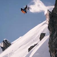 Un planchiste fait une saut durant une descente de la Coupe du monde de freeride.