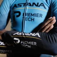 Un cycliste arbore le nouveau maillot de l'équipe du WorldTour.