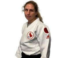 Priscilla Gagné pose pour la photo en judogi.