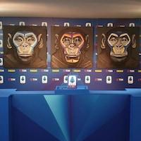 Une peinture qui montre trois singes.