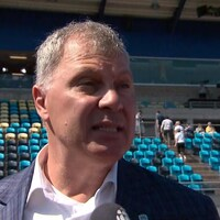 Il répond aux questions des médias avant un match de football à Moncton.