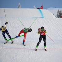 Quatre skieurs franchissent le fil d'arrivée.