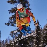 Reece Howden effectue en ski.