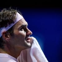 Il s'essuie le visage avec une serviette.