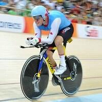 Le cycliste paralympique file à vive allure sur la piste