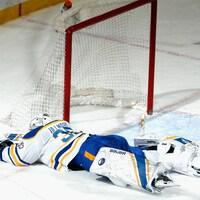 Un gardien étendu sur la glace après une défaite