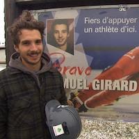 Samuel Girard devant la pancarte qui l'honore à Ferland-et-Boilleau