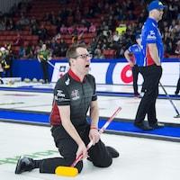 Scott McDonald de l'Ontario réagit après avoir lancé une pierre
