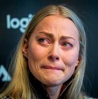 Elle a les larmes aux yeux durant son point de presse.