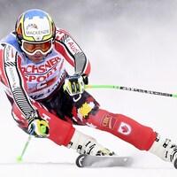 Le skieur contourne une porte