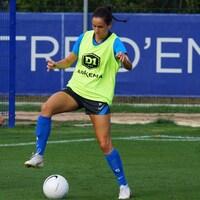 Elle maîtrise le ballon à l'entraînement.