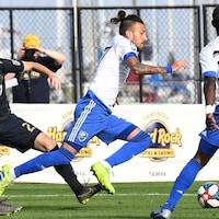 Maxi Urruti (au centre), de l'Impact de Montréal, en action en match présaison contre l'Union de Philadelphie